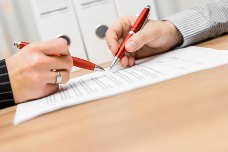 Geschäftspartner werden Überprüfung Vertrag und diskutieren über