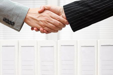Geschäftsleute sind Händeschütteln über Bindemittel, Wirtschaft und Rechnungswesen-Konzept