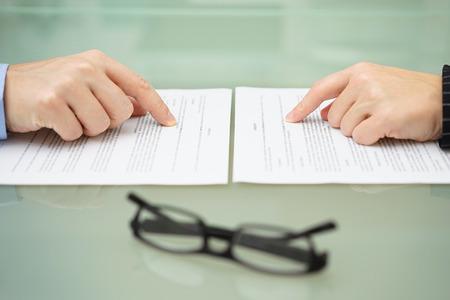 Mann und Frau lesen Scheidungsvereinbarung Lizenzfreie Bilder