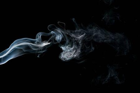 Rook die op zwarte achtergrond wordt geïsoleerd