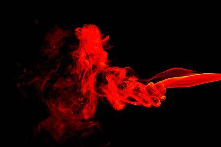Resumen de humo rojo sobre fondo negro Foto de archivo