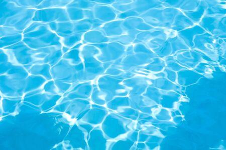 Blaues Wasser im Schwimmbadhintergrund Standard-Bild