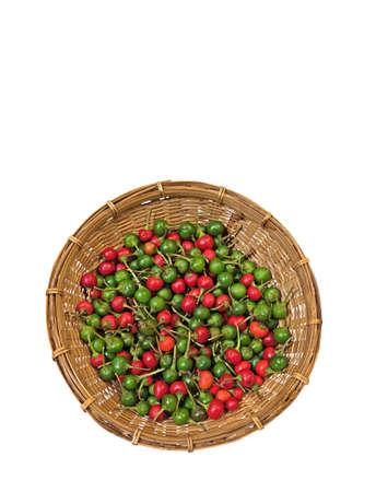 Rote und grüne Cherry Pepper im Weidenkorb auf weißem Hintergrund, Clipping Path Standard-Bild - 86147343