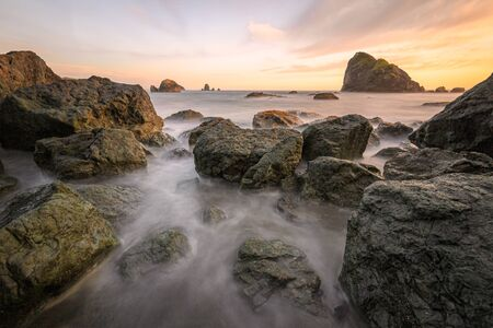 Sunset at a Rocky Beach, Northern California Coast 免版税图像