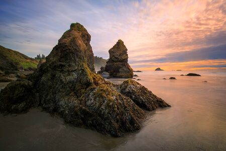 Sunset at a Rocky Beach, Northern California Coast 版權商用圖片