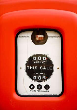 Gros plan de la pompe à essence écran où du gaz a été de 22 cents par gallon  Banque d'images - 3385918