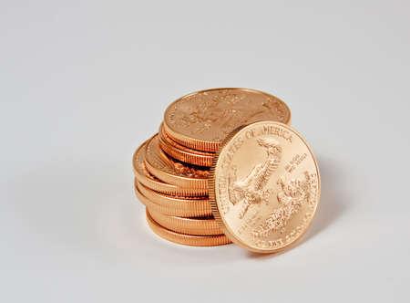 1 온스 골드 독수리 동전 하나의 동전 느슨한 스택에 스톡 콘텐츠