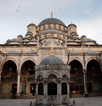 Innenansicht der Moschee der Valide von der Galata-Brücke in Istanbul Standard-Bild - 4753284