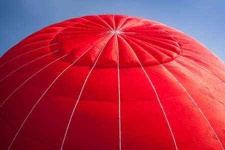 Canopée rouge de la montgolfière est gonflé contre un ciel bleu lumineux  Banque d'images - 5395564