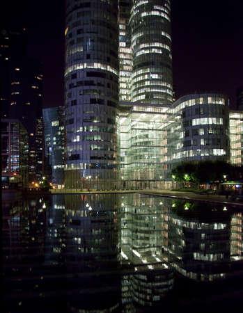 Modern skycraper office buildings reflected at night at La Defense in Paris Banque d'images