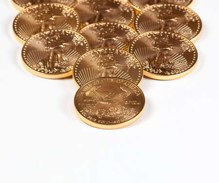배경으로 멀어져 스택을 형성하는 황금 독수리 동전 스톡 콘텐츠