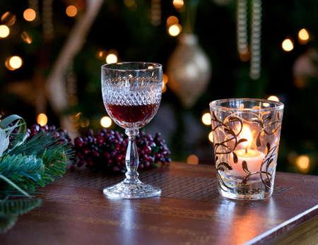 velas de navidad: Copa de Jerez o de vino  Foto de archivo