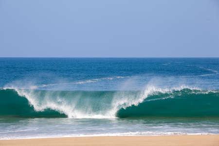 Sterke golven crash op het strand van Lumahai in Kauai