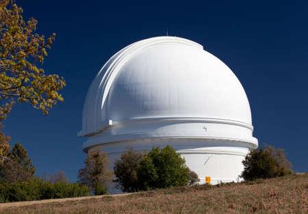 Dôme blanc du télescope Palomar sur le pic de Mt Palomar en Californie