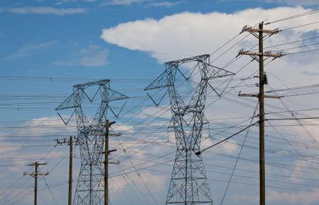 Große Metall Strommasten März über die Landschaft