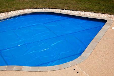 バブルラップのプールのカバーのような暑さの中で一晩維持するスイミング プール、路肩