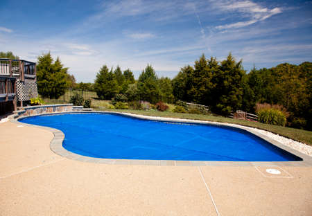 バブルラップのプールのカバーのような暑さの中で一晩維持するスイミング プール、路肩 写真素材 - 8004096