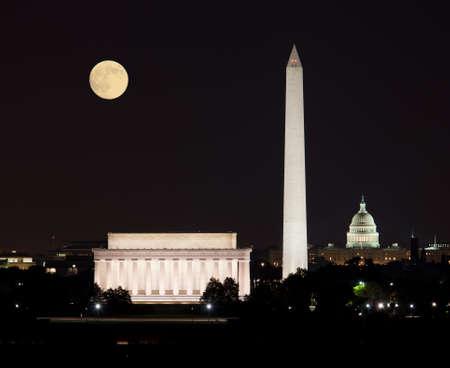 Volledige Harvest moon rising boven het Lincoln Memorial met Washington Monument en Capitol gebouw uitgelijnd Stockfoto