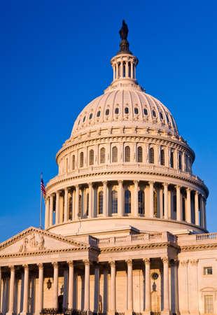 regierung: Kapitol in Washington D.C. in den fr�hen Morgenstunden durch die aufgehende Sonne beleuchtet und die traditionellen Szene rotOrange Farbton verleihen