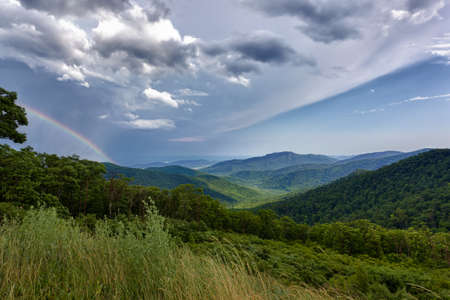 ridges: Tempesta spazza sopra Shenandoah Valley da Skyline Drive in Blue Ridge Mountains della Virginia Archivio Fotografico
