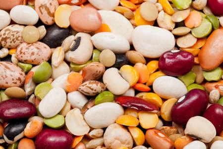 Macro photo de beaucoup de différents types de haricots, de pois et d'orge