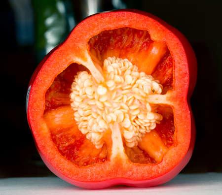 Interieur van gesneden rode peper in macro-opname met zaden en details van de binnenkant van de groente