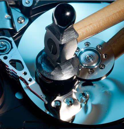 disco duro: Disco magnético en el interior de una unidad informática de alta definición que muestran daños en la superficie del espejo de los discos magnéticos y leer escritura de la cabeza de un martillo
