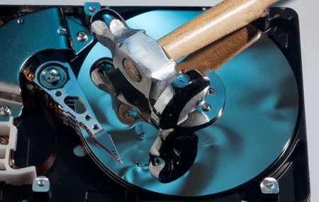 disco duro: Disco magnético dentro de una unidad de ordenador HD mostrando el daño a la superficie del espejo de los discos magnéticos y leer escritura de la cabeza de un martillo