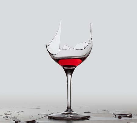 cristal roto: Vino tinto en una copa de vino rota con una ruta de extracción parcial guardan en el archivo