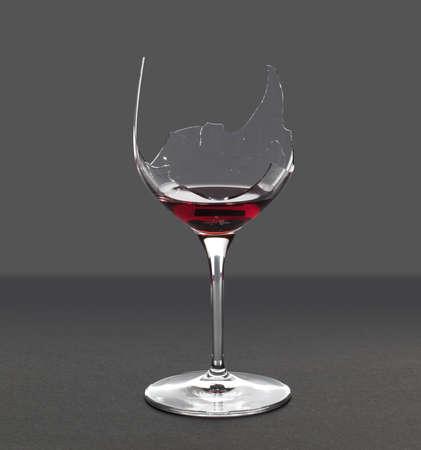 vidrio roto: Vino tinto en una copa de vino rota con una ruta de extracción de guarda en el archivo