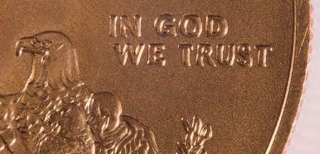 aigle royal: Gold Eagle pièces de un once avec photo macro de la gravure de In God We Trust