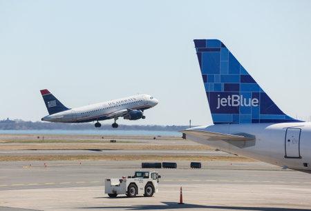 jetblue: BOSTON, USA - 22 marzo: US Airways Airbus A319 decolla il 19 marzo 2012. Logan Airport � il pi� grande del New England Editoriali