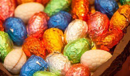 Feuille multicolore enroulée à l'intérieur des oeufs de Pâques ?uf en chocolat Banque d'images - 12929261