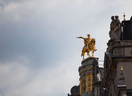 Detail of roof and gold statues on roof of Maison de Arbre in Grand Place Brussels 免版税图像