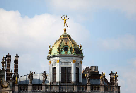 belgique: Detail of roof and gold statues on roof of Maison du Roi d Espagne in Grand Place Brussels