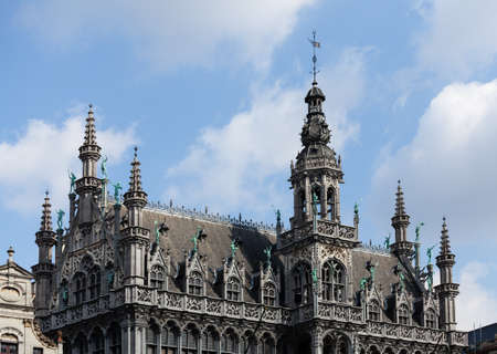 belgique: Detail of the roof and statues on Kings House or Breadhouse in Grand Place in Brussels