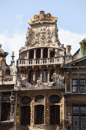 belgique: Detail of statues on Maison du Cornet or De Hoorn in Grandplace in Brussels