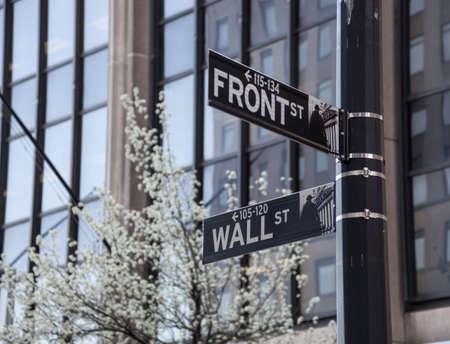 Les plaques de rue à la fin de Wall Street par la rue Front à New York Banque d'images - 13197640