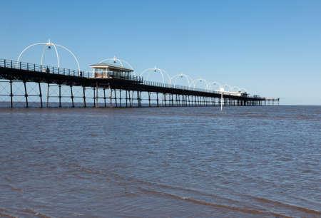 高潮の珍しい組み合わせ洪水サウスポートでビーチ