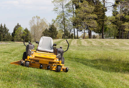 Žádná osoba, o rozsáhlém trávníku se žlutým nulovým turn sekačka