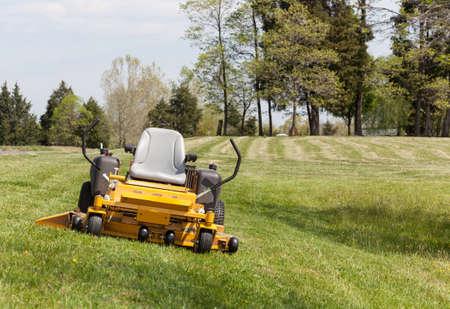 gras maaien: Niemand op de uitgestrekte gazon met een gele zero-turn maaier