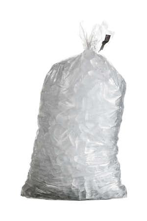 cubetti di ghiaccio: Cubetti di ghiaccio nel sacchetto di plastica isolati con uno strumento penna creata percorso nel file Archivio Fotografico