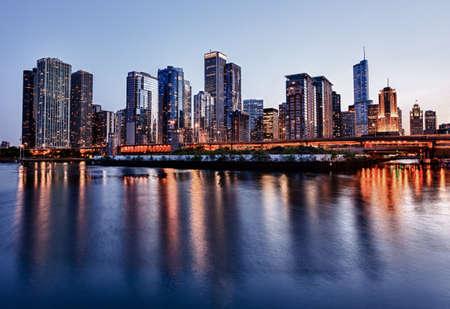 日没時の海軍桟橋からシカゴのスカイライン 写真素材