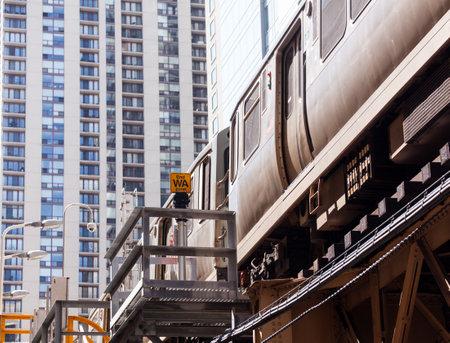 Vlak chicago na stropní trati smyčky s mrakodrapy Redakční
