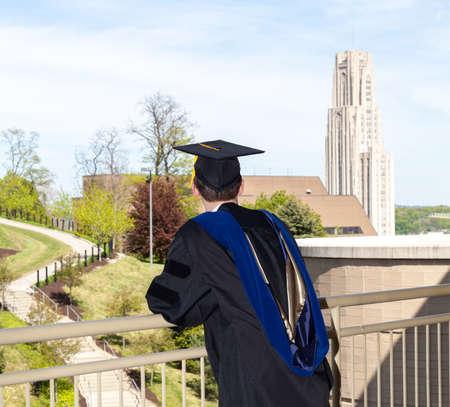 Absolventa doktorského studia při pohledu směrem k chrámu vzdělávání na University of Pittsburgh