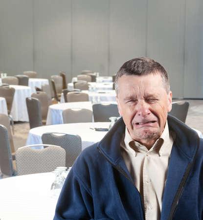acoso laboral: Llanto senior masculino, en el acoso en el trabajo vac�a sala de reuniones Foto de archivo