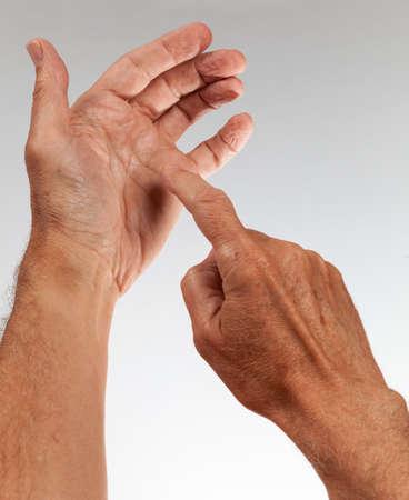 on fingers: Concepto que muestra una mano vac�a como si estuviera sosteniendo un tel�fono y presionar las teclas en la pantalla del tel�fono inteligente