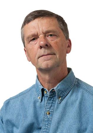 Retired výkonný vypadá zamyšleně na kameru a izolovaný proti bílým Reklamní fotografie