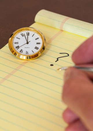 toma de decision: Concepto para la toma urgente de decisiones con el reloj en el papel y el signo de interrogaci�n en el teclado