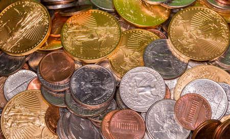 lingotes de oro: Solid Gold Eagle monedas mezcladas con cuartos de Estados Unidos y centavos Foto de archivo